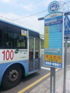 Parada de autobús y bus.