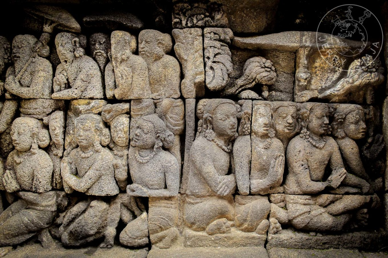 Gastos en Indonesia. Tallado de personas en muro de Borobudur