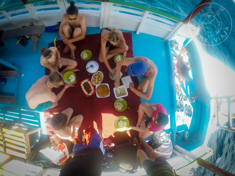 Almorzando en barco, camino a la Isla Komodo.