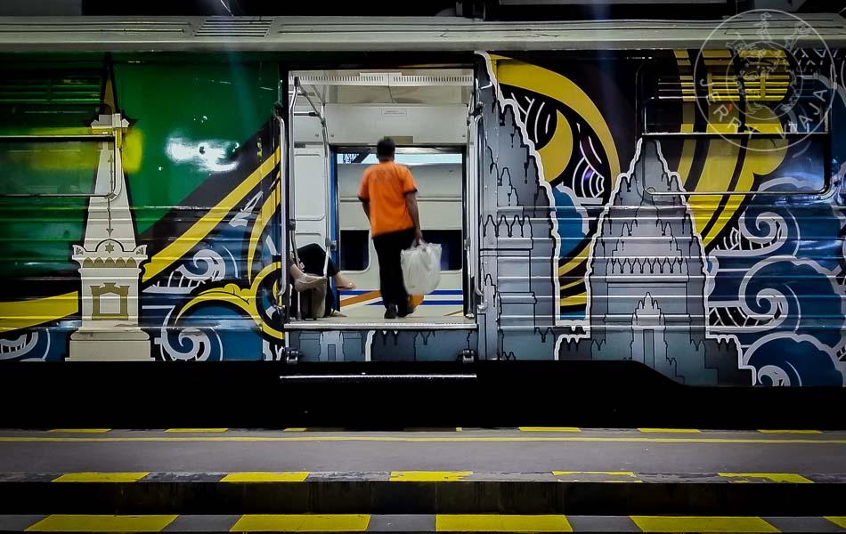 Persona subiendo al tren.
