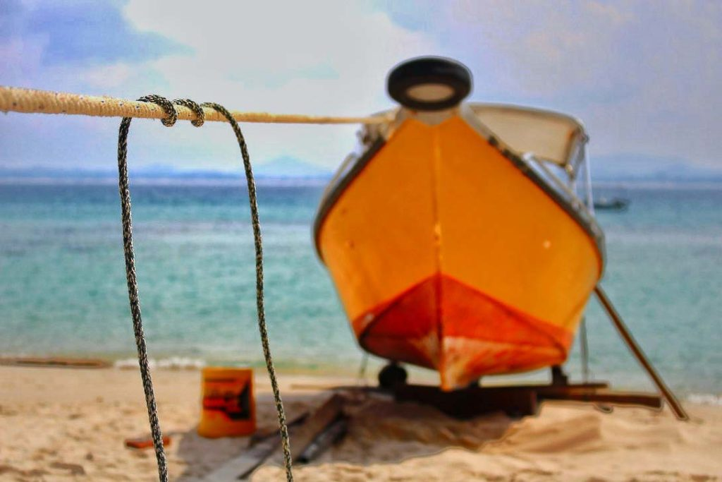 Barco amarrado a la playa de la isla Kapas.