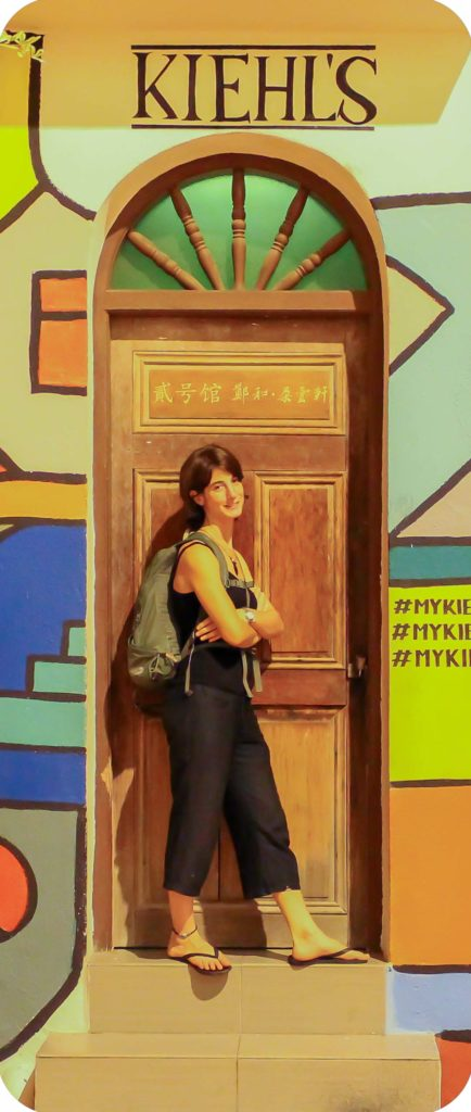 Joana en una calle pintada de Melaka
