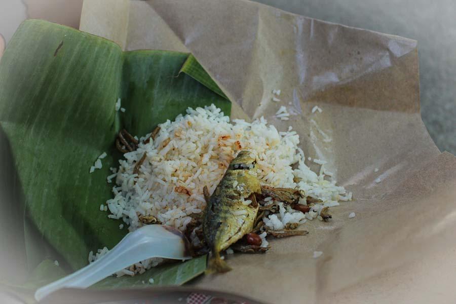 Nasi Lemak. Arroz aromático cocinado con leche de coco y hojas de pandan (una planta tropical).