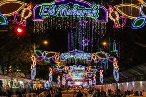 Calle decorada con luces en un festival post Ramadan