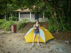 Joana frente a la carpa en la isla Pulau Ubin