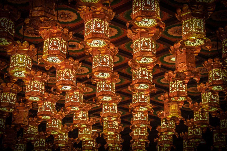 Gastos en Singapur. Lámparas chinas del Buddha Tooth Relic Museum