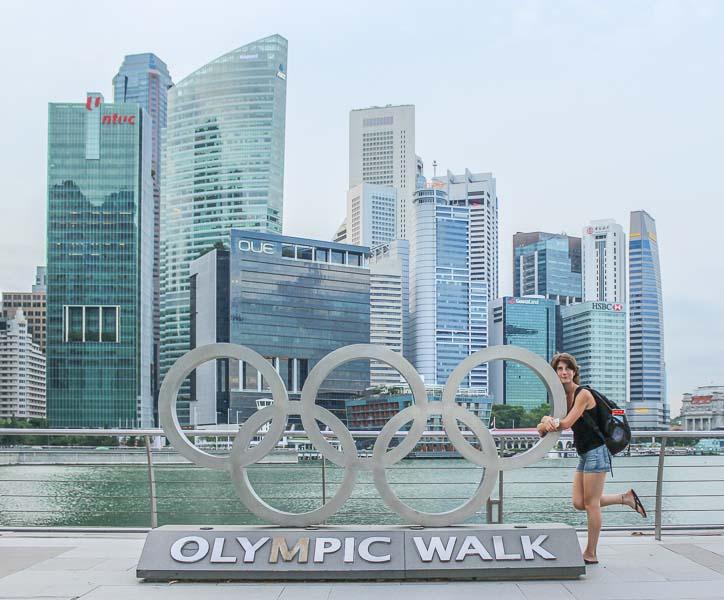 De derecha a izquierda la noria más grande del mundo - la Flyer Wheel-, el Museo de Arte y Ciencia en forma de loto (o de pop reventado, si uno es menos poético) y el Marina Bay Sands.