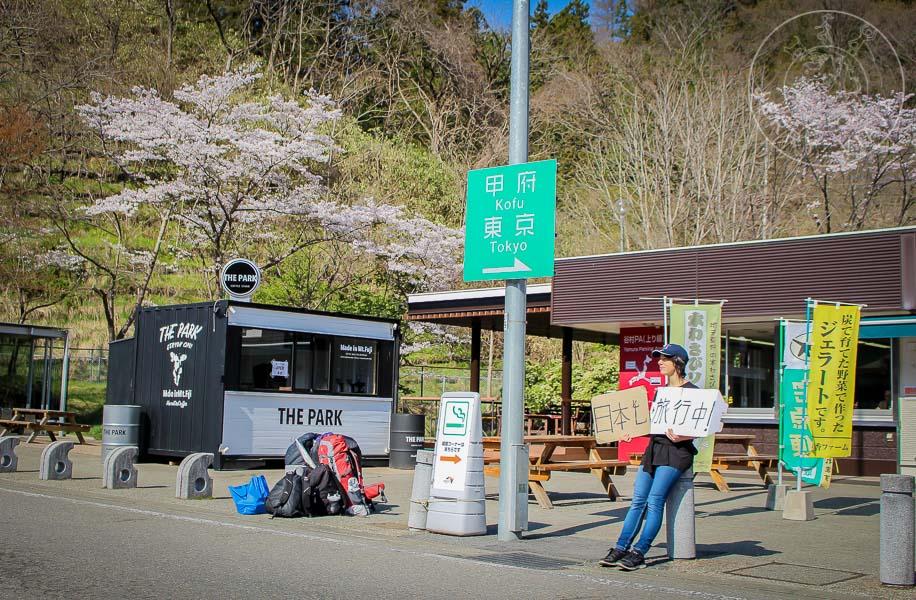 Haciendo dedo con carteles en una Estación de Servicio de las Expressways de Japón.