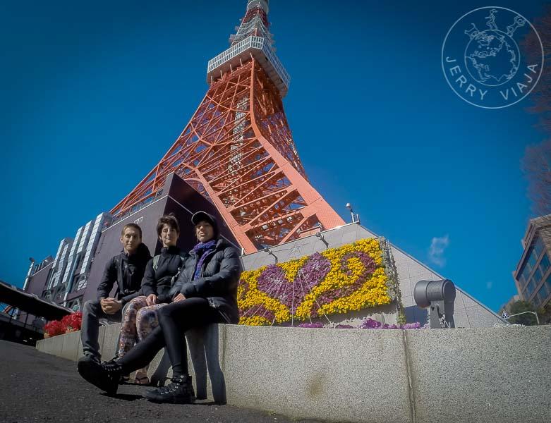 Torre de Tokio vista desde su base.