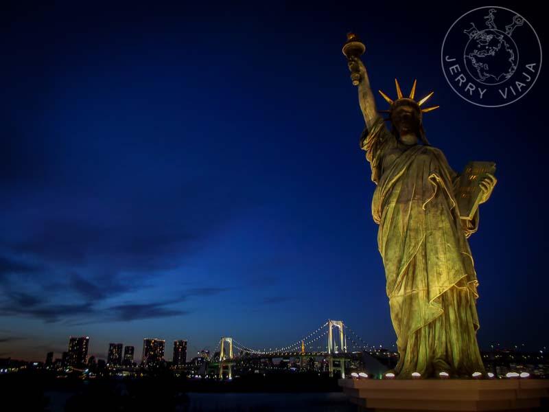 Estatua de la Libertad y Rainbow Bridge en la isla de Odaiba.