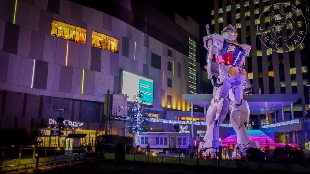 Gundam tamaño real en Odaiba a la noche