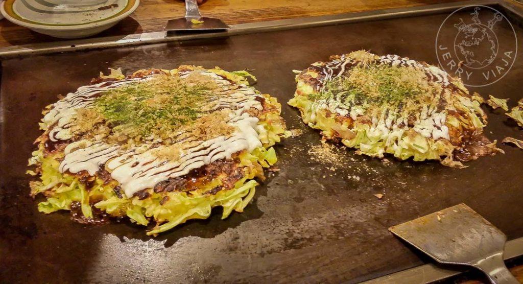 Disfrutando un Okonomiyaki, prepración típica de Japón.