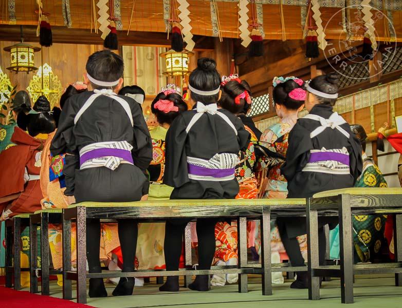 Niños japoneses vestidos con ropa típica.
