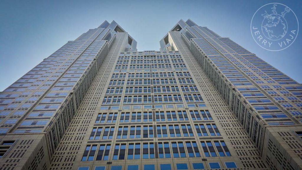 Edificio Gubernamental coronado por sus torres.