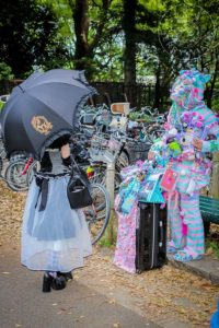 Dos personas con disfraces estrafalarios en el Yoyogi Park