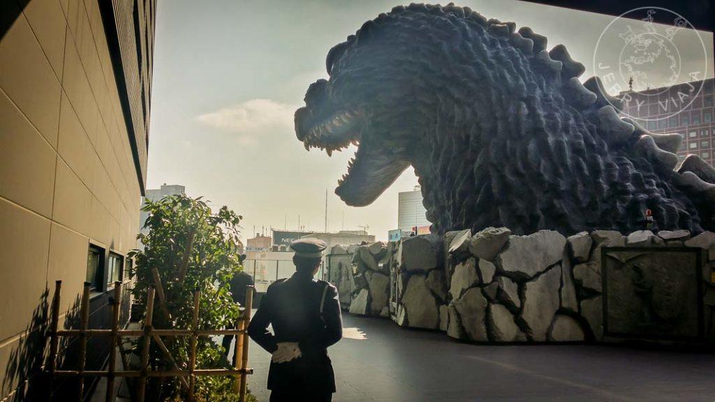 Cabeza de Godzilla en la parte más alta de un edificio