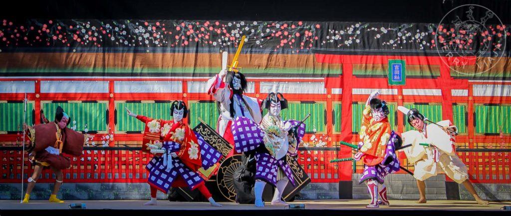Niños realizando una obra de Kabuki