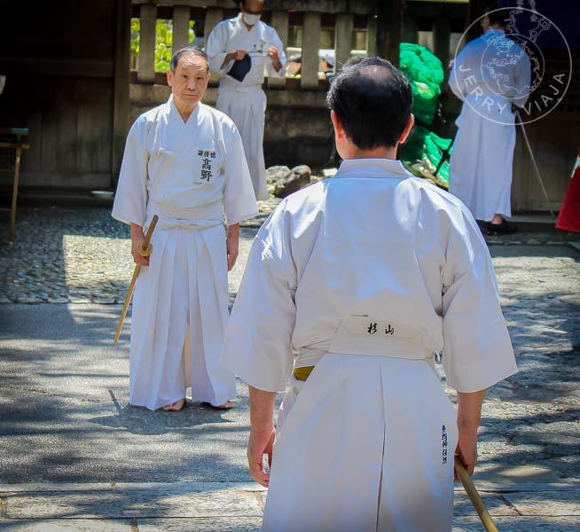 Actuación de kendo en un templo