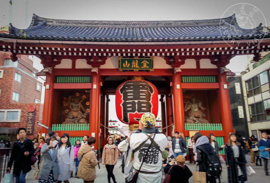 Entrada con gran literna roja del Templo Senso-ji.