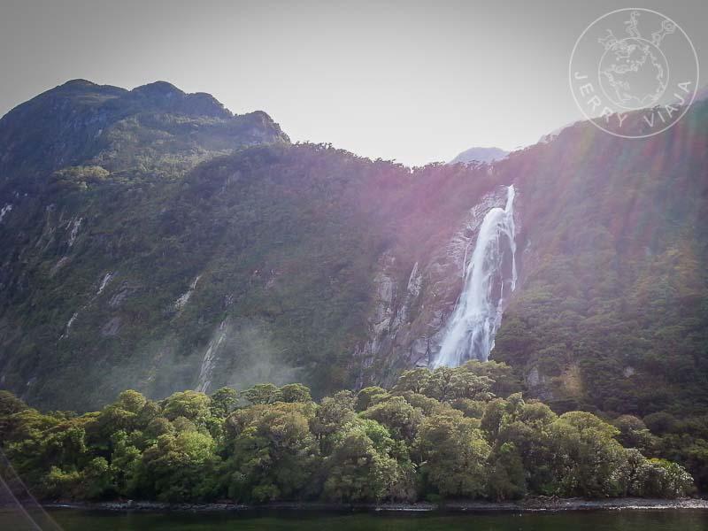 Cascadas que surgen desde las altas laderas del fiordo