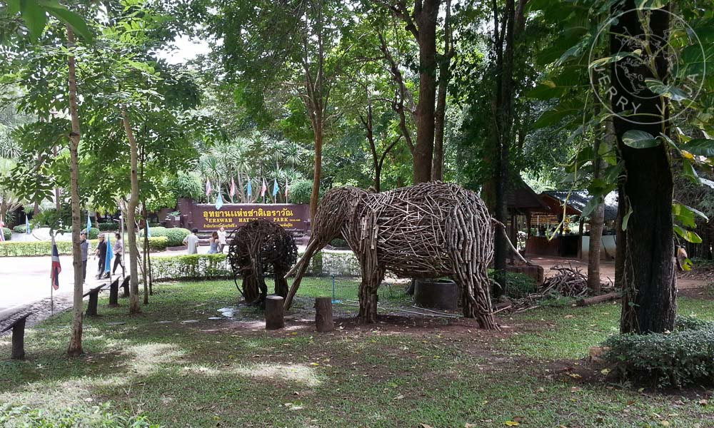 Elefantes construidos con ramas en el parque de Erawan