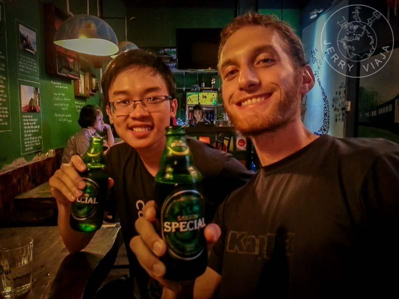 Disfrtuando una Saigon Beer en Hanoi