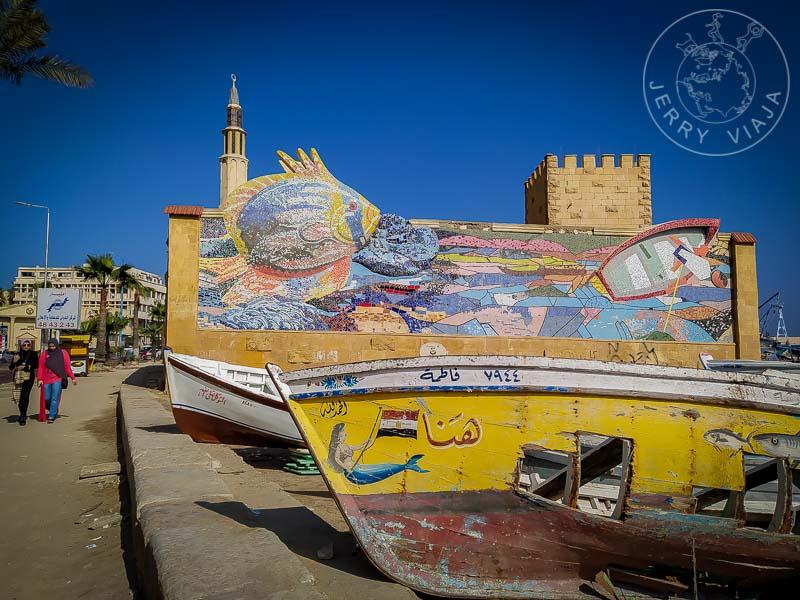 Barcas y murales en el paseo costanero de Alejandria.