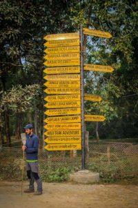Señales de dirección en el pueblo de Bardia.