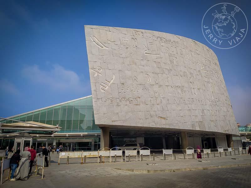Nueva Biblioteca de Alejandria. Fachada con lenguas vivas y muertas talladas