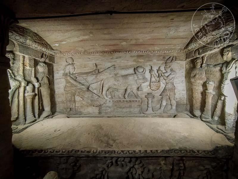 Sarcófago del Antiguo Egipto en el interior de las catacumbas Kom el Shoqafa