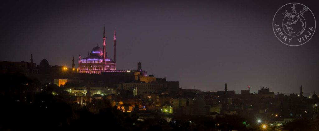 Mezquita de Alabastro a la noche iluminada