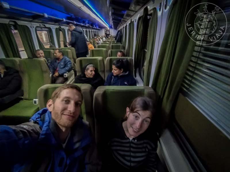 Interior de un tren en vagón de segunda clase.