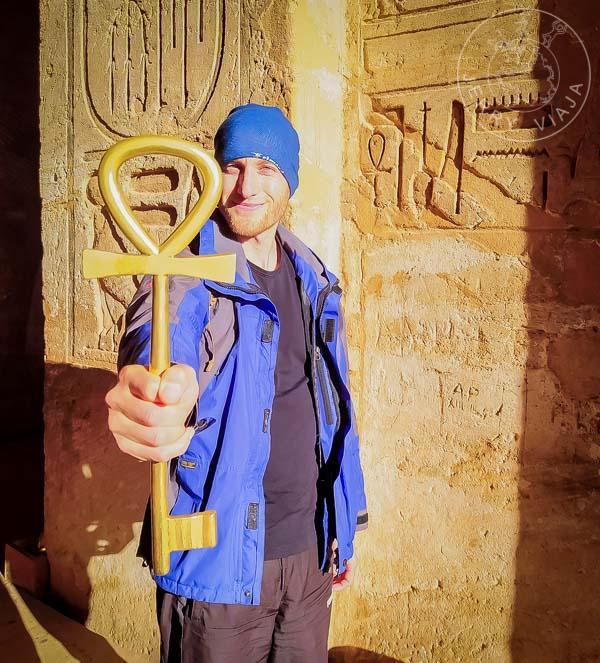 Sosteniendo la llave de entrada al Templo de Abu Simbel