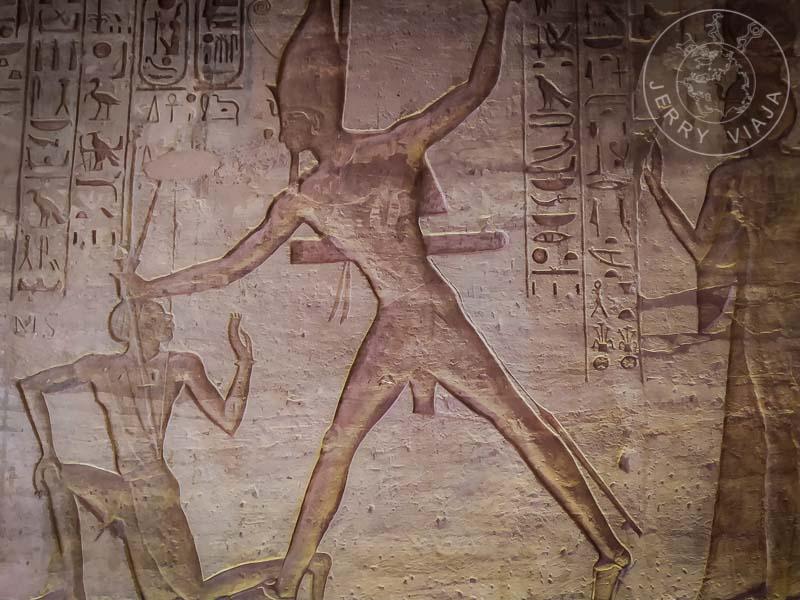 Relevie de Ramses II aplastando a sus enemigos