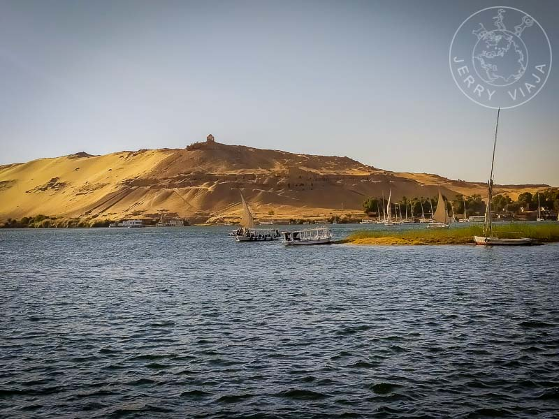Al frente, río Nilo y feluccas navegando. Al fondo, Isla Elefantina.