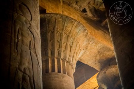 Guía: Qué ver al Sur de Egipto. Capitel que aun mantiene su color original en el Templo de Kom Ombo