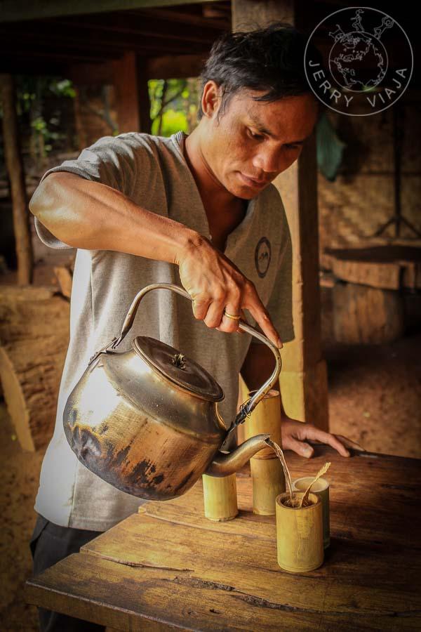 Señor sirviendo café artesanal.