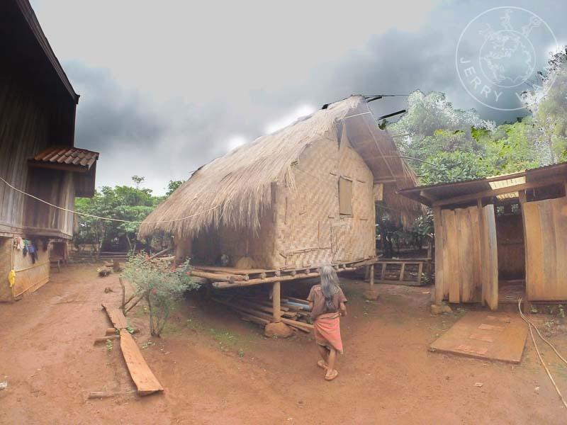 Mujer caminando a su choza en la comunidad de Katu.