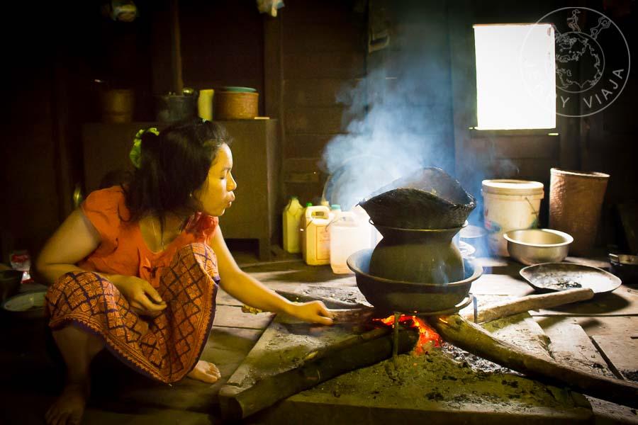 Señora preparando arroz al vapor con cosas básicas.