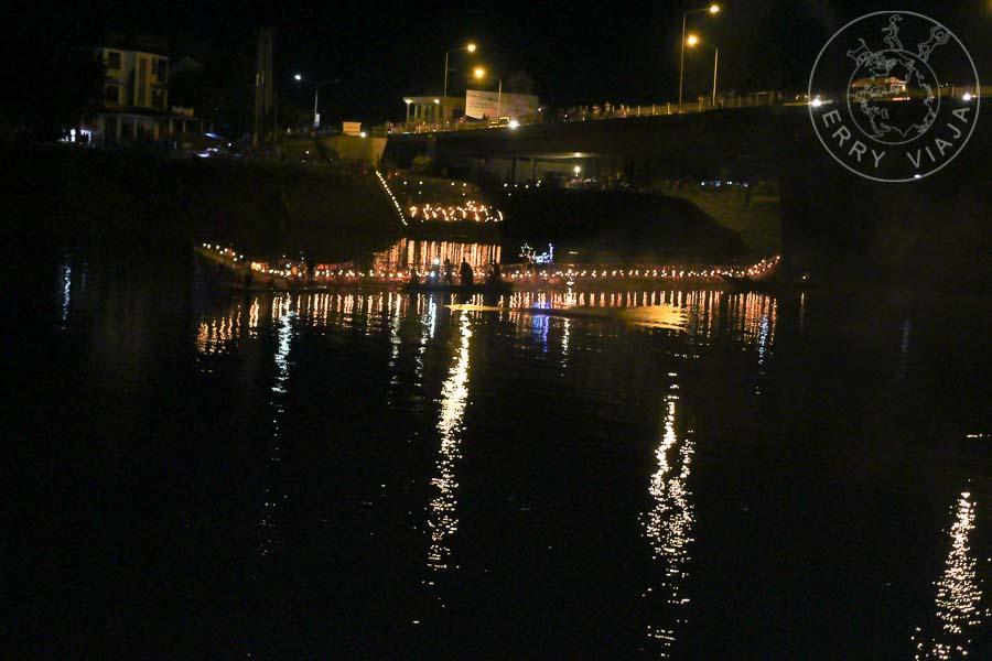 Barca ceremonial navegando a la noche en el rio.