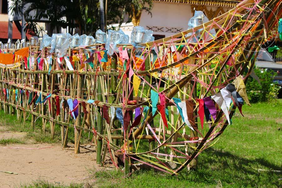 Barca ceremonial expuesta en el patio del monasterio budista