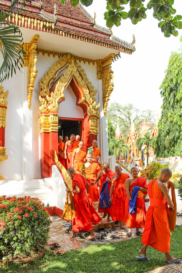 Monjes y novicios saliendo del templo.