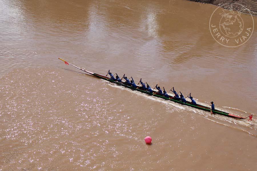 Barca compitiendo en la regata oficial.