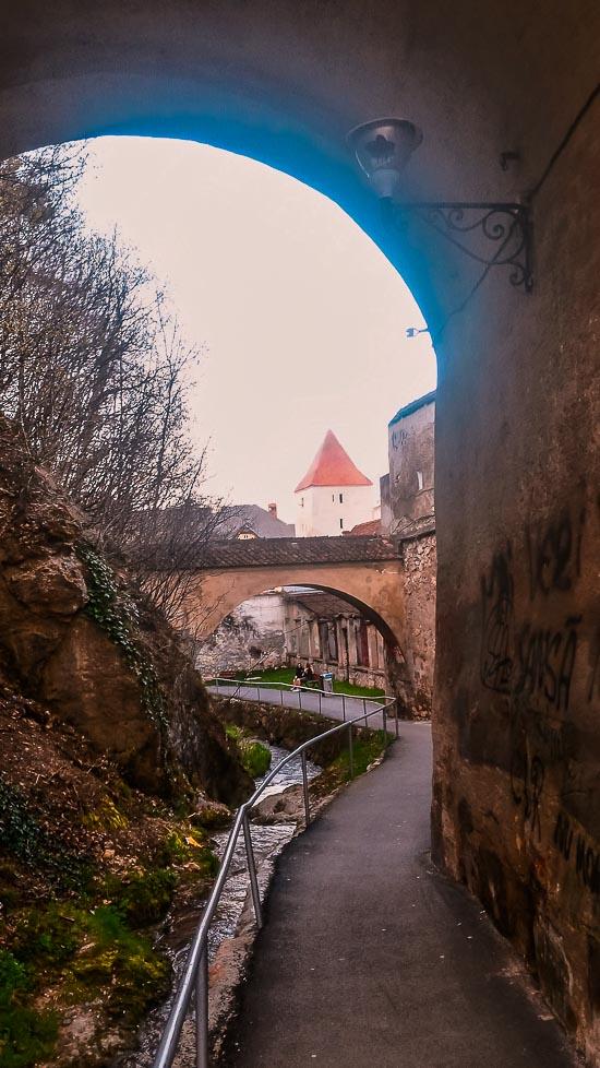 Callejón de las Murallas en Brasov, Rumania.