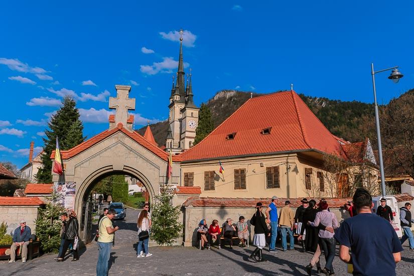 Plaza de la Unión e Iglesia de San Nicolás, Brasov, Rumania.