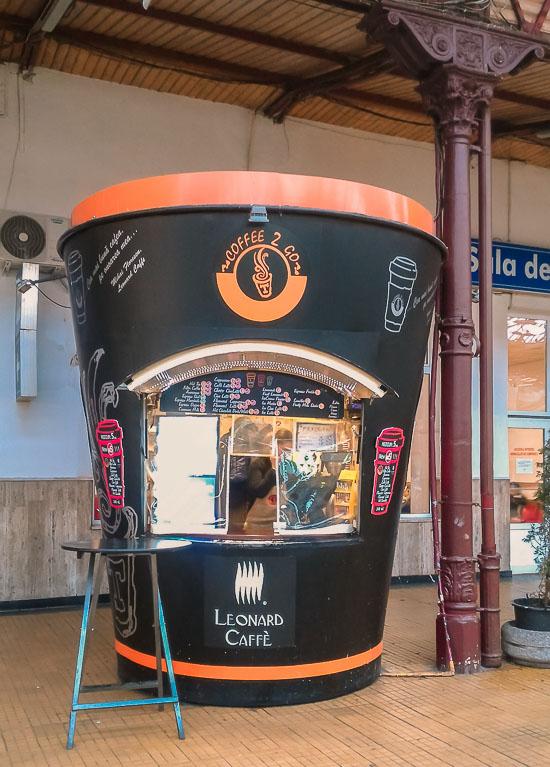 Cafetería en forma de vaso de café en la terminal de Bucarest, Rumania