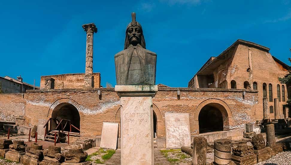 Ruinas de la Antigua Corte y busto de Vlad El Empalador en Bucarest, Rumania.