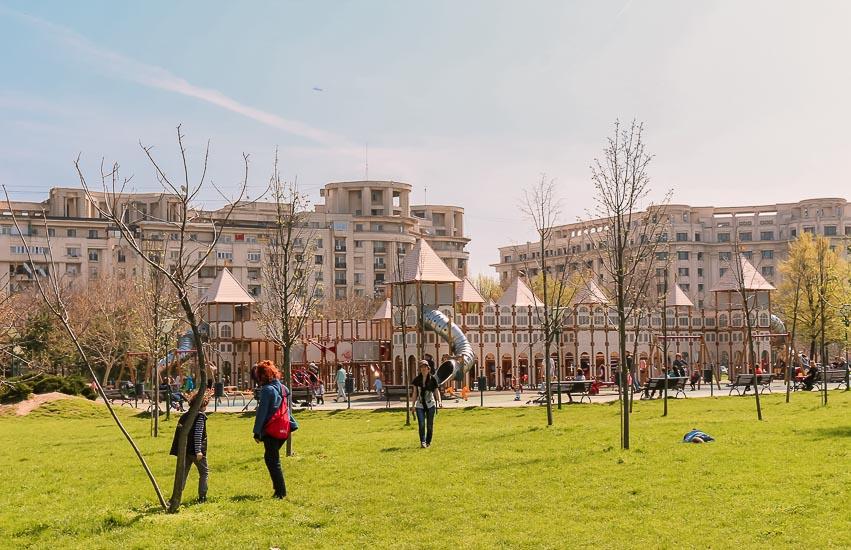 Zona de juegos para niños en el Parque Izvor, Bucarest, Rumania.