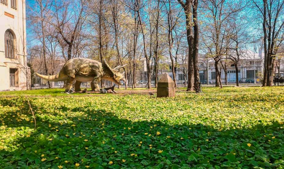 Estatua de un dinosaurio en el Museo Nacional de Historia Natural Antipa en el Parque Kiseleff, Bucarest, Rumania