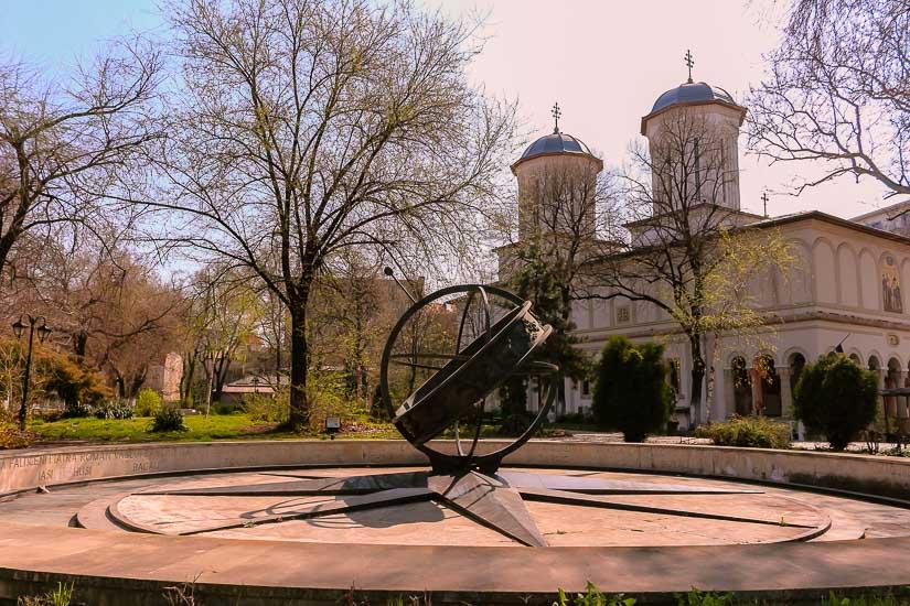 Monumento al kilomentro 0 en la plaza st. george, bucarest, rumania